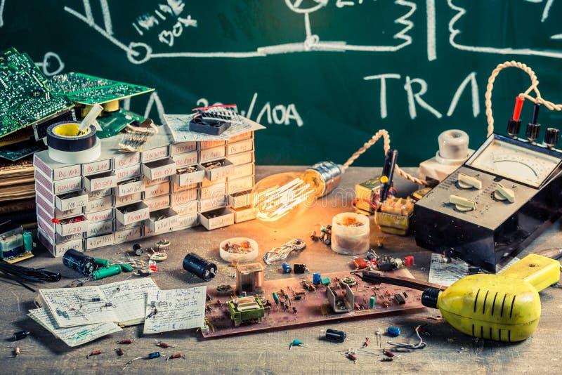 Stare elektronika warsztatowe w laboratorium obrazy stock