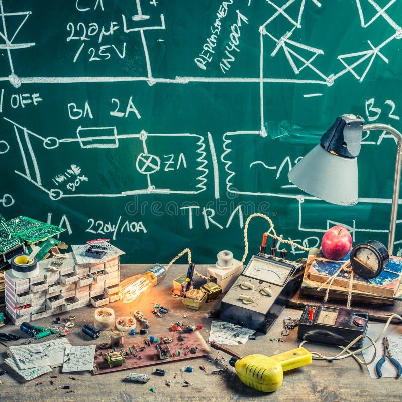 Stare elektronika warsztatowe w physics lab obrazy stock