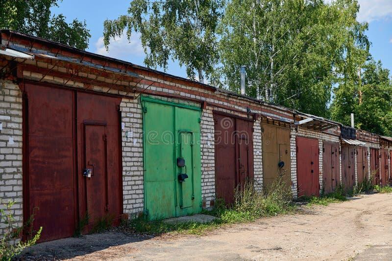 Stare garaże z cegieł z bramami metalowymi Spółdzielnia garażowa do przechowywania samochodów obrazy stock