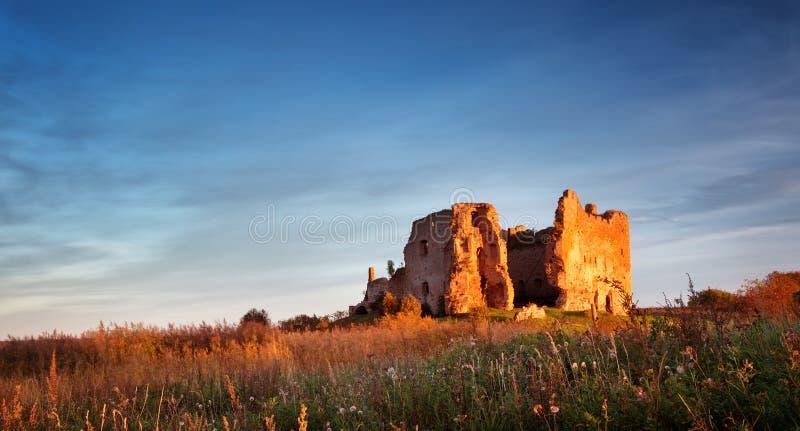 Stare grodowe ruiny w zmierzchu świetle obraz royalty free