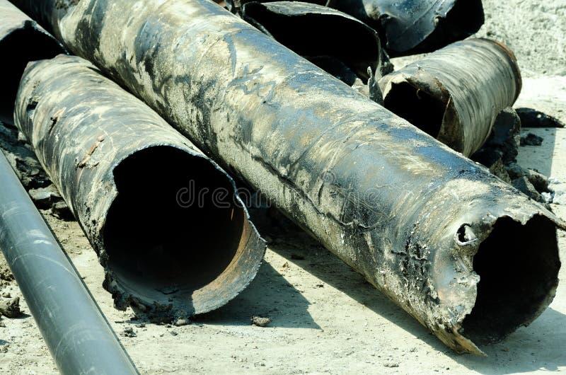 Stare gromadzkiego ogrzewania drymby usuwali od ziemi zamieniać z nowym rurociąg obrazy royalty free