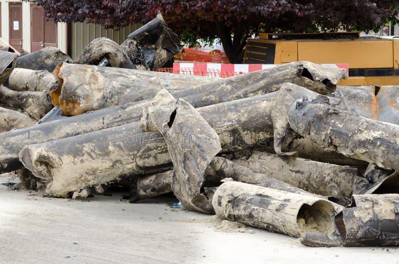 Stare gromadzkiego ogrzewania drymby usuwali od ziemi zamieniać z nowym rurociąg fotografia royalty free