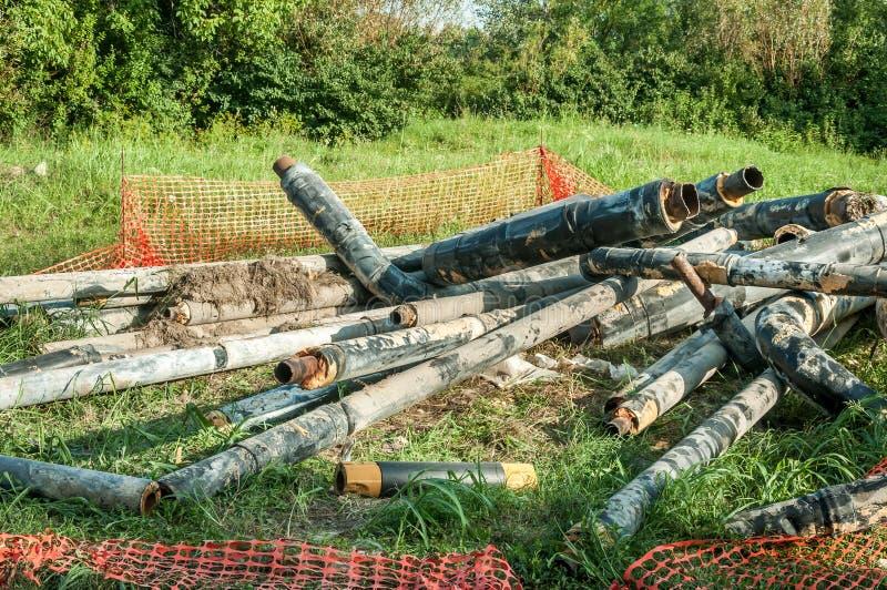 Stare gromadzkiego ogrzewania drymby z izolacją usuwali od ziemi zamieniać z nowym rurociąg systemem zdjęcia royalty free