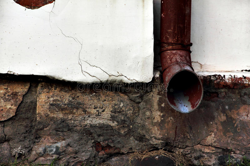 Stare grunge deszczu rynny na przetartej dom ścianie obraz stock