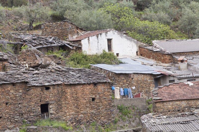 Stare kamienne ściany i łupkowi dachy w Lesie Hurdes, obraz stock