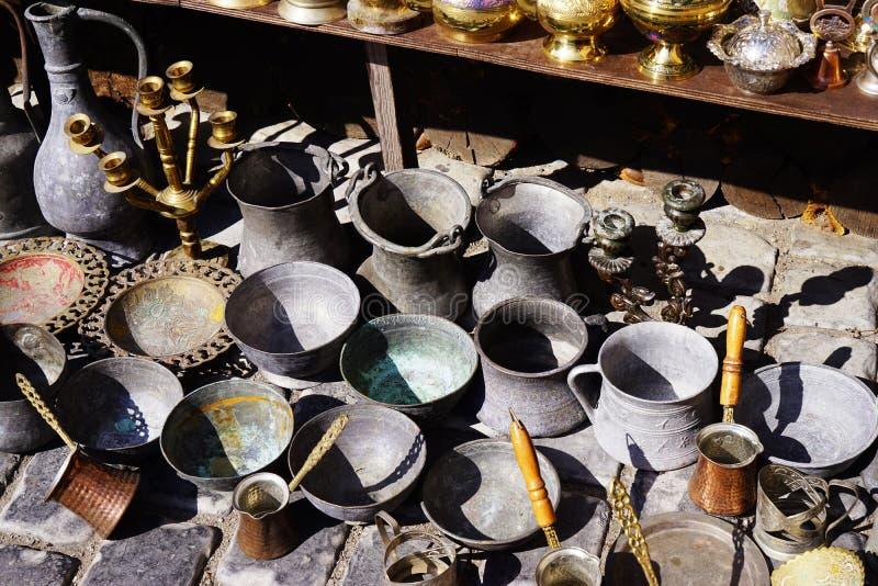 Stare kitchenware tace, teapots, kawowi turkowie, samowary, niecki, talerze, zdjęcie royalty free