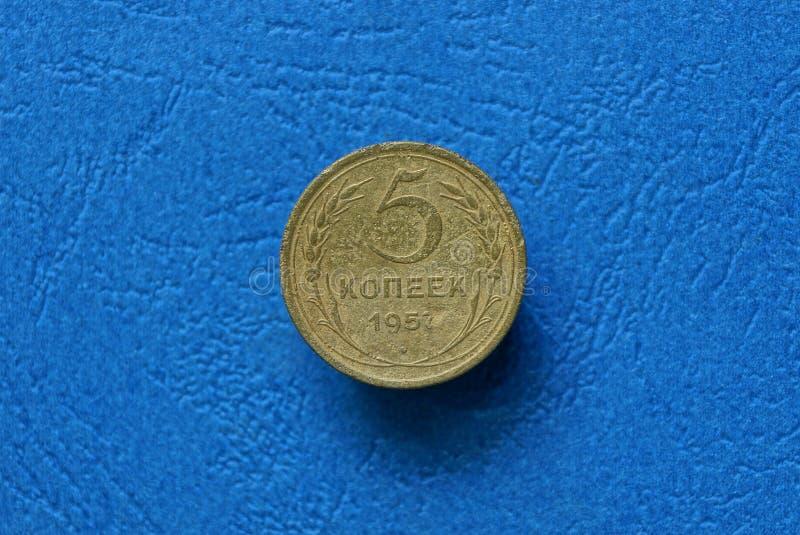 stare kolor żółty monety pięć kopiejki kłama na błękitnym stole fotografia stock