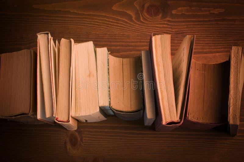 Stare książki na drewnie zdjęcie stock