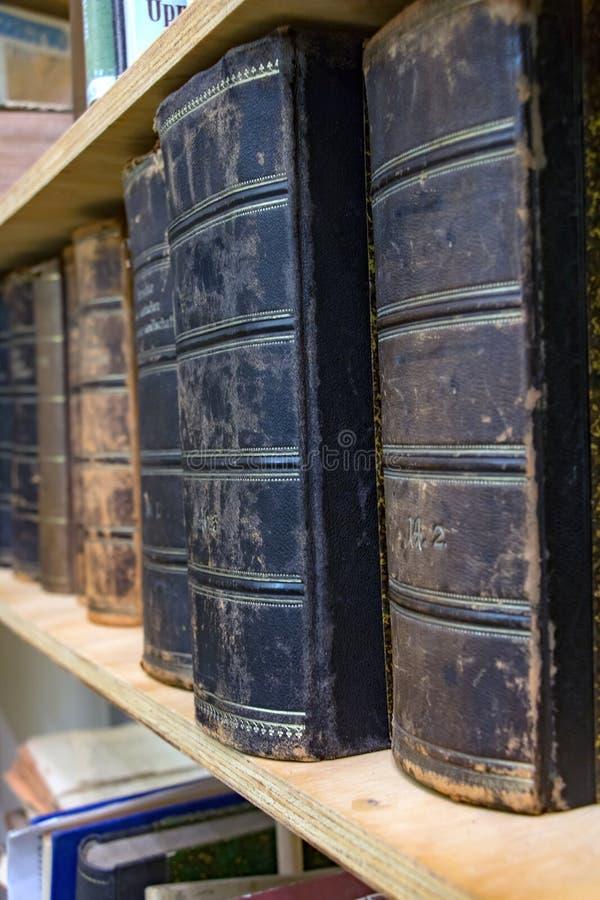 Stare książki z używać skóry pokrywą w rzędzie fotografia stock