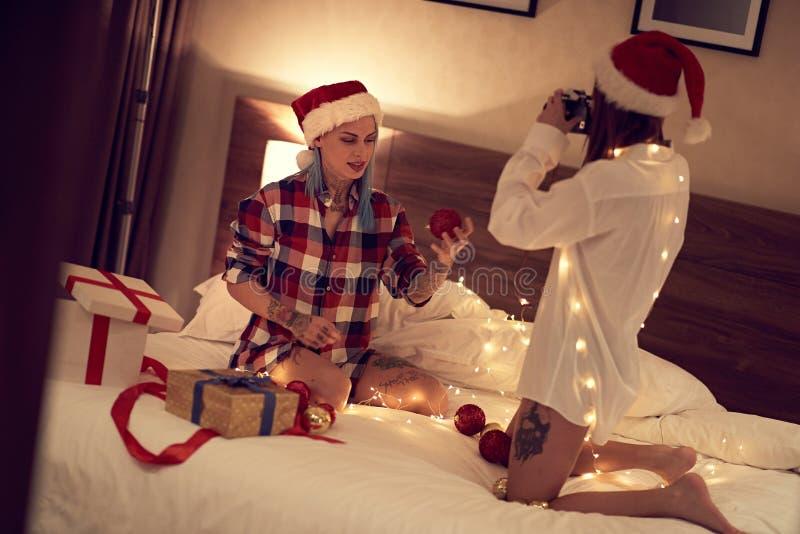 Stare a letto e divertirsi con la mia ragazza Una coppia gay felice che si diverte insieme fotografie stock libere da diritti