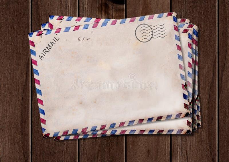 Stare lotniczej poczty koperty na drewnianym stole obraz stock