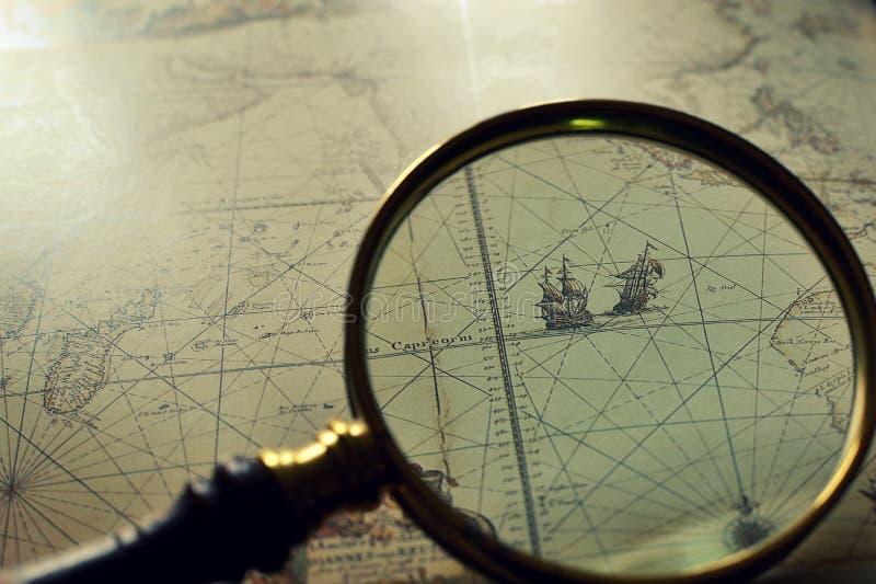 Stare mapy i magnifier zdjęcie stock