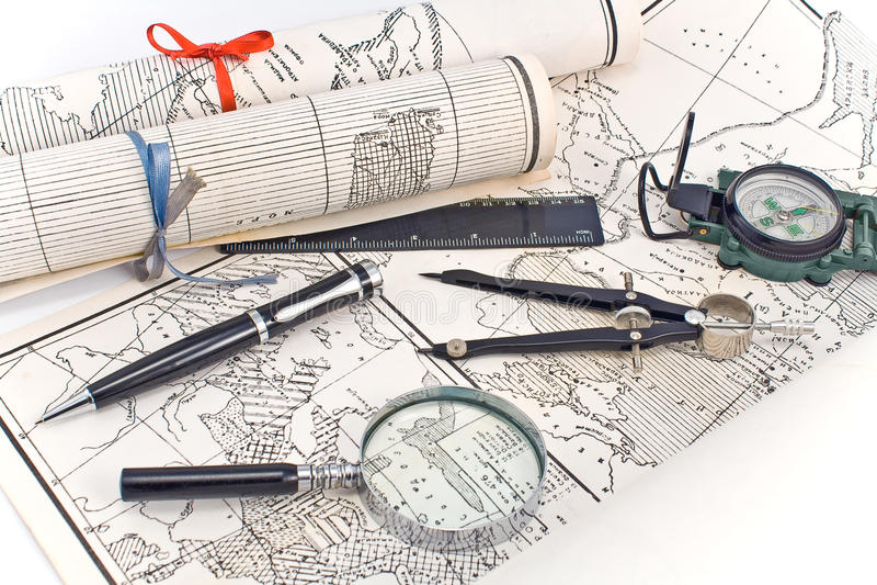 Stare mapy z kompasem i magnifier zdjęcie royalty free
