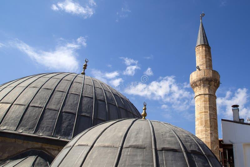 Stare meczetowe kopuły i minaret obrazy royalty free