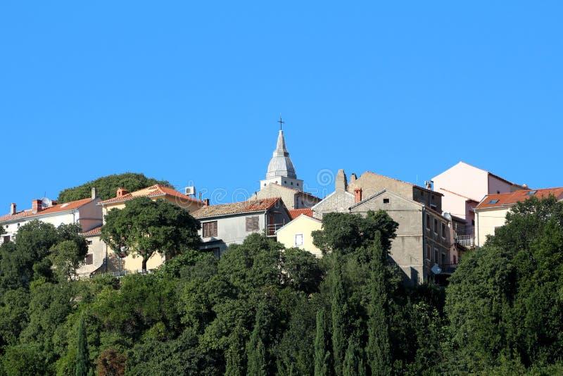 Stare miasto śródziemnomorskie wypełnione gęsto zbudowanymi kamiennymi domami rodzinnymi wokół lokalnego kościoła katolickiego wz obrazy royalty free
