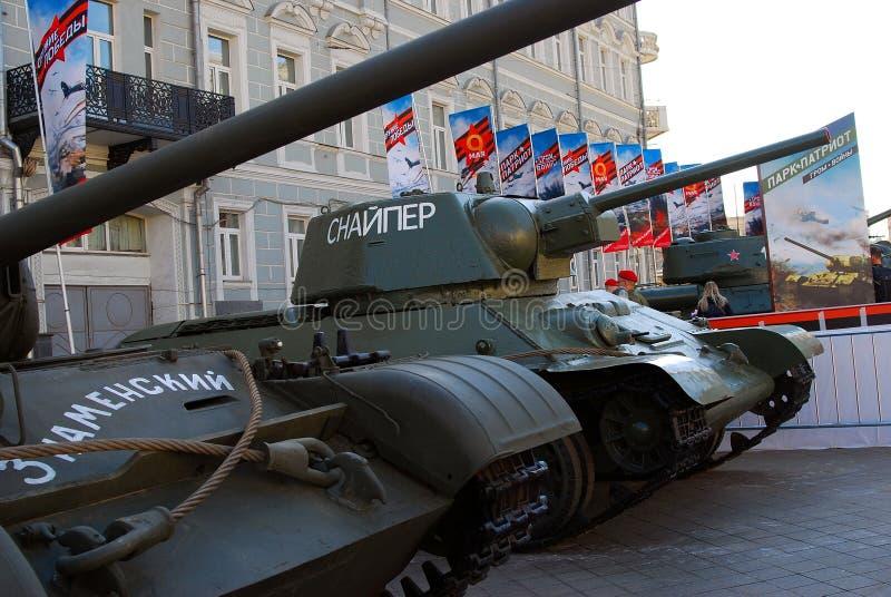 Download Stare Militarne Maszyny Pokazywać W Moskwa Centrum Miasta Zdjęcie Stock Editorial - Obraz złożonej z maszyny, błękitny: 53781628