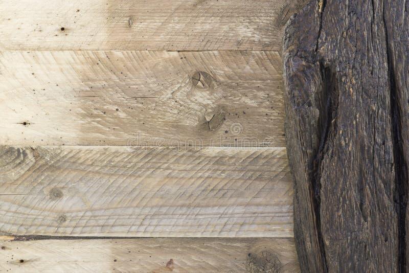 Stare nieociosane beżowe drewniane naturalne deski i ciemny drewno wsiadają tło obraz royalty free