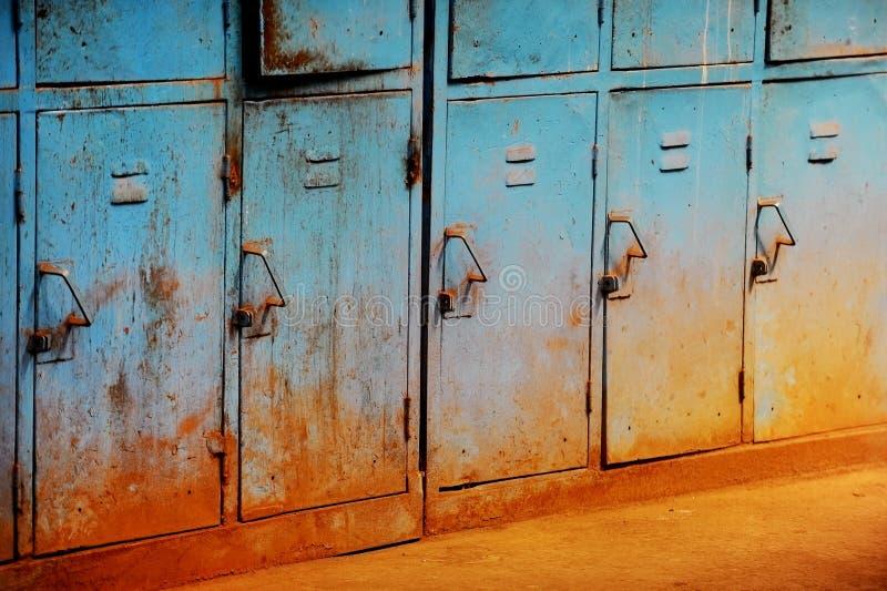 Stare ośniedziałe błękitne szafki zdjęcie royalty free