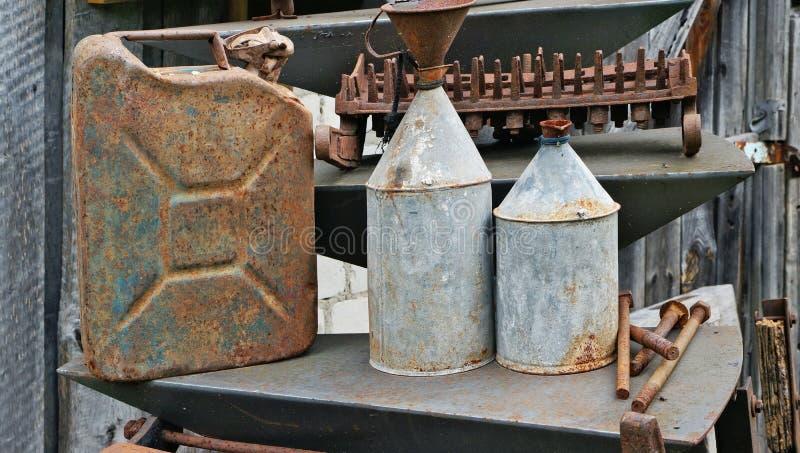 Stare ośniedziałe metal puszki dla nafty i benzyny zdjęcie stock