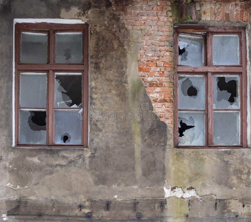 Stare opuszczone szkło z rozbitymi oknami zdjęcia royalty free