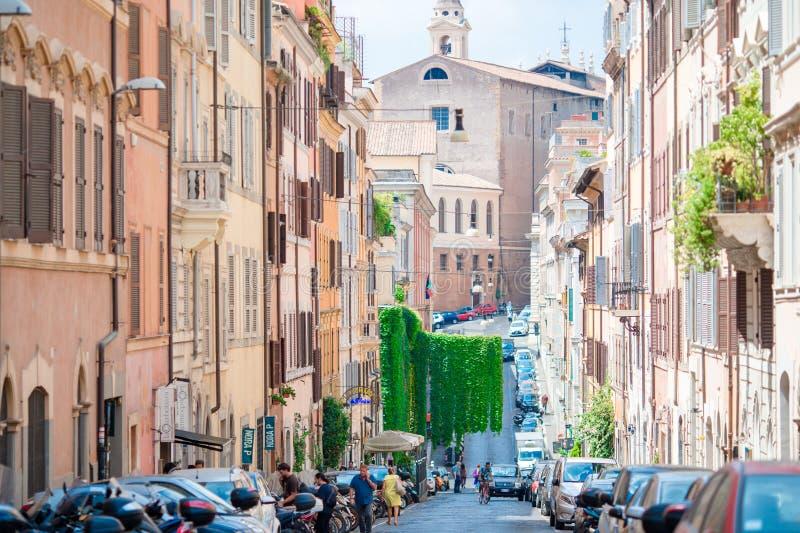 Stare piękne puste ulicy z samochodami w Rzym, Włochy obraz stock