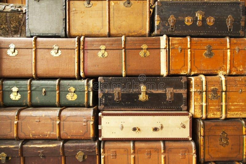 Stare podróży walizki, abstrakcjonistyczny tło obraz stock
