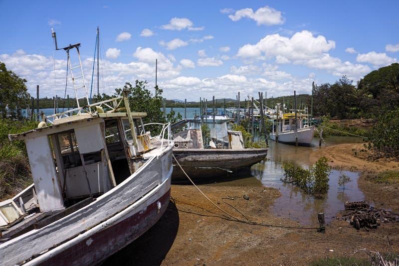 Stare porzucone łodzie w mangrowe fotografia stock