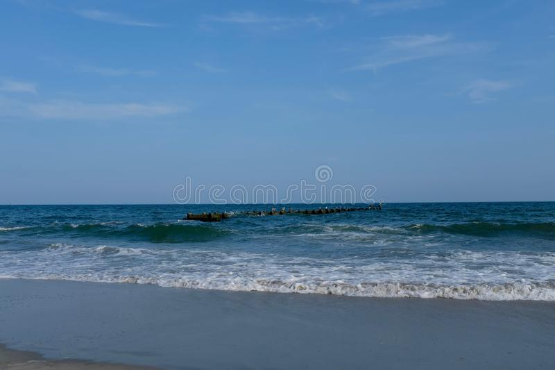 Stare Porzucone molo ruiny przy oceanu brzeg zdjęcie royalty free