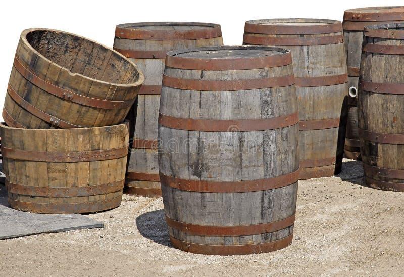 Stare puste drewniane baryłki przy antykiem wprowadzać na rynek fotografia stock