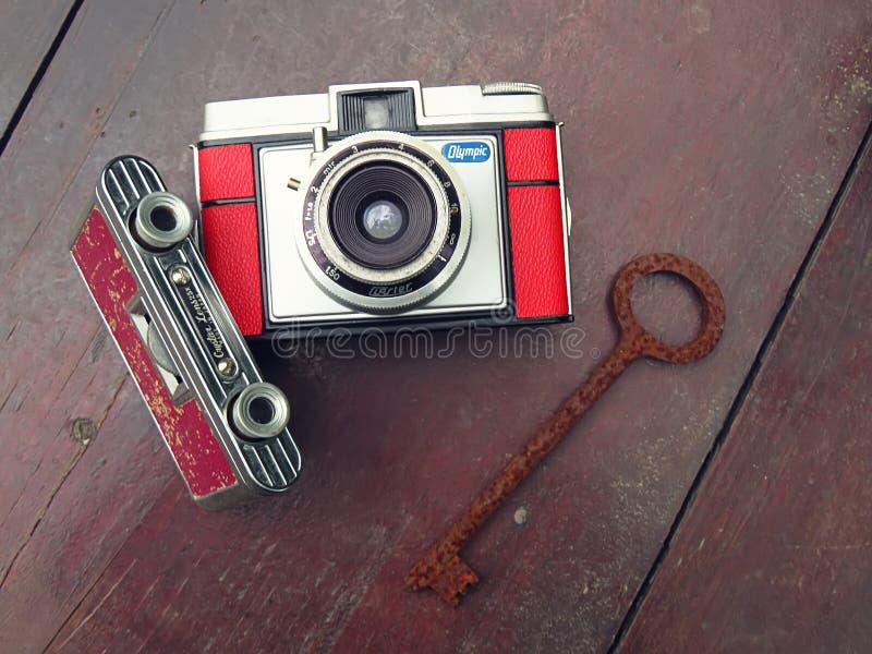 Stare retro kamery i przegniły klucz obrazy royalty free