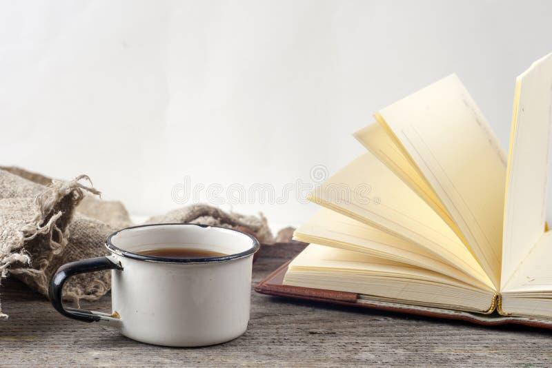 Stare rocznik książki, filiżanka herbata, tort i klucze na nieociosanym drewnianym stole, zdjęcie stock