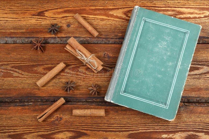 Stare roczniki na ciemnym drewnianym tle widok górny płaski zdjęcie stock
