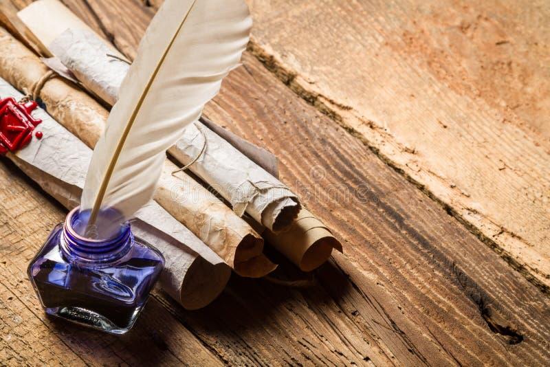 Stare rolki papier i błękitny atrament w inkwell obrazy stock