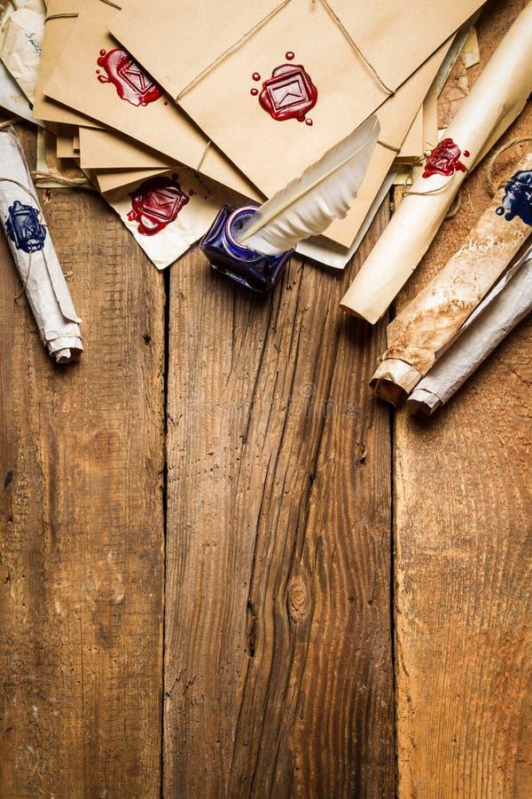 Stare rolki papier i błękitny atrament w inkwell jako rocznika backgr obraz royalty free
