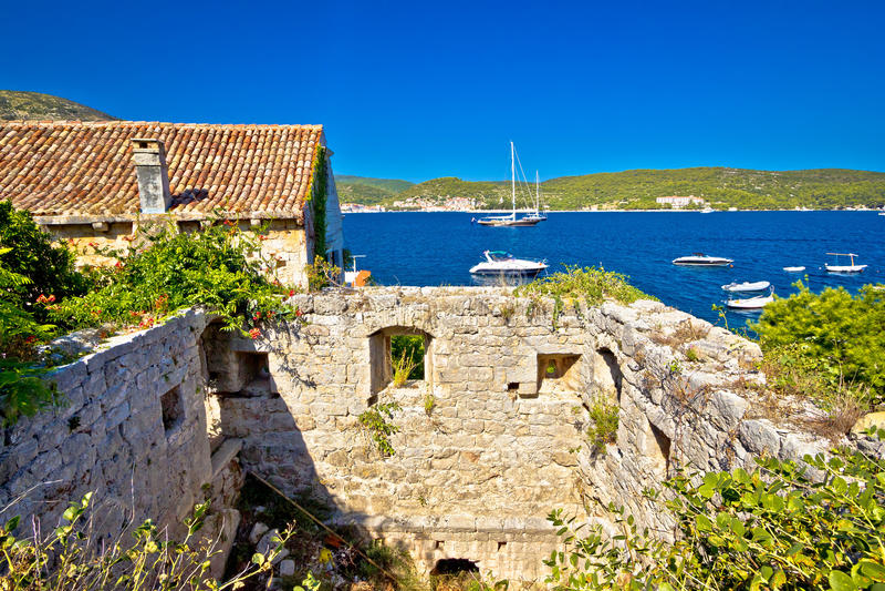 Stare ruiny na Vis wyspy wybrzeżu fotografia stock