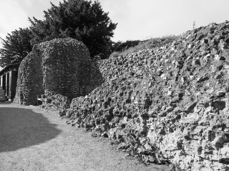 Stare Sarum kasztelu ruiny w Salisbury w czarny i biały zdjęcia stock