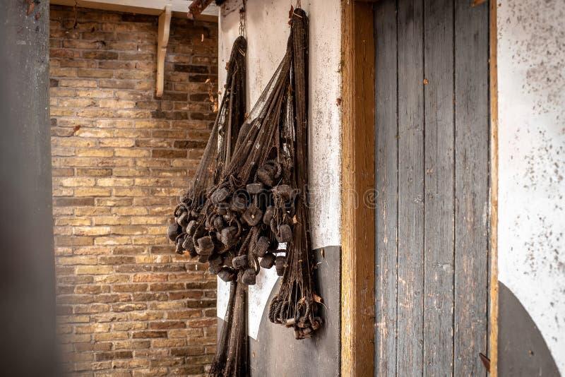 Stare sieci rybackie wiesza na ścianie tradycyjny połowu dom zdjęcia royalty free