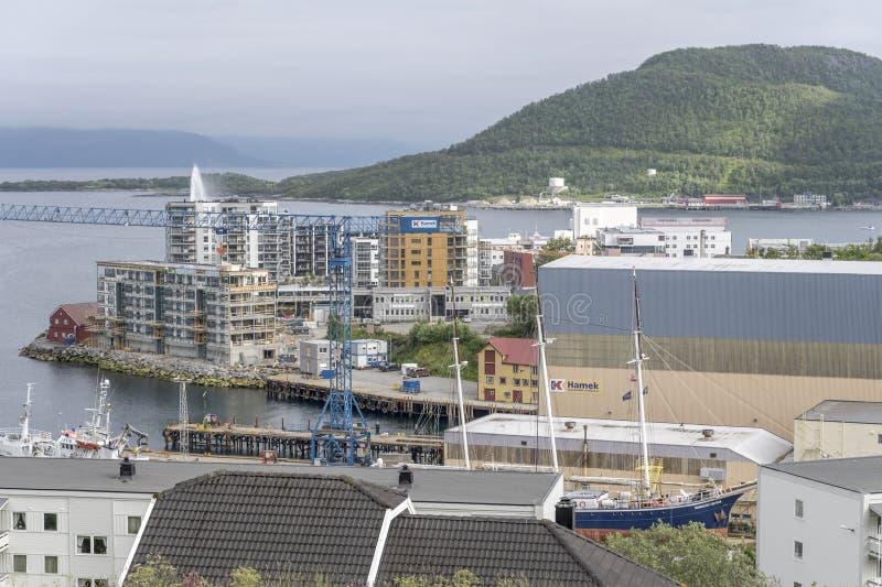 Stare statki i nowe budynki w porcie, Harstad, Norwegia obraz stock