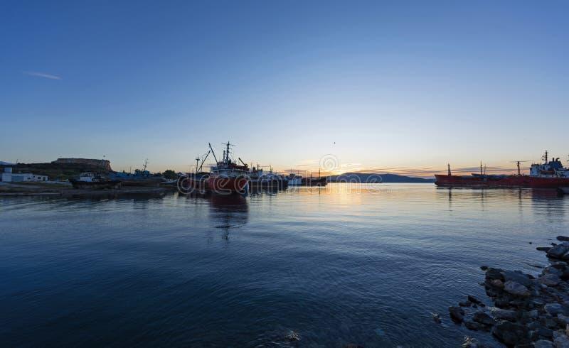 Stare statki towarowe przy rozbijaczu okrętów o świcie obraz royalty free