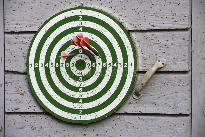 Stare strzałki celują obwieszenie na drzwi outdoors obrazy stock