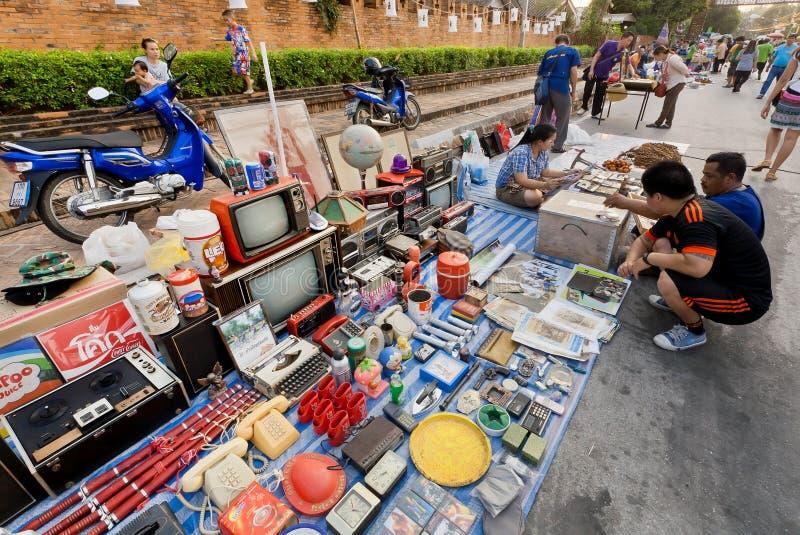 Stare telewizje i inna dżonka dla sprzedaży przy ulicznym pchli targ zdjęcie royalty free