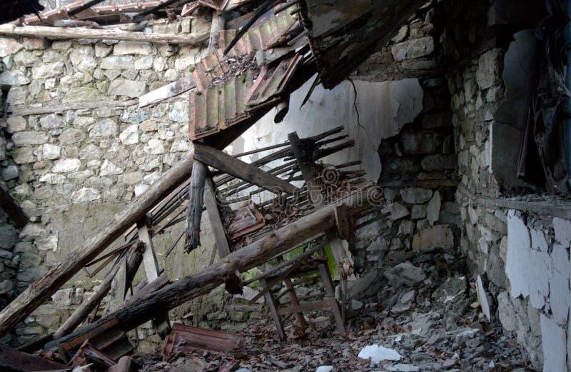 Stare tradycyjne dom ruiny, zawalony dach fotografia royalty free