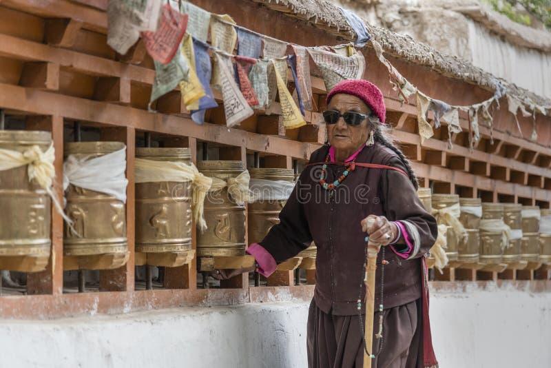 Stare Tybetańskie kobiety obraca modlitewnych koła przy monasterem fotografia royalty free