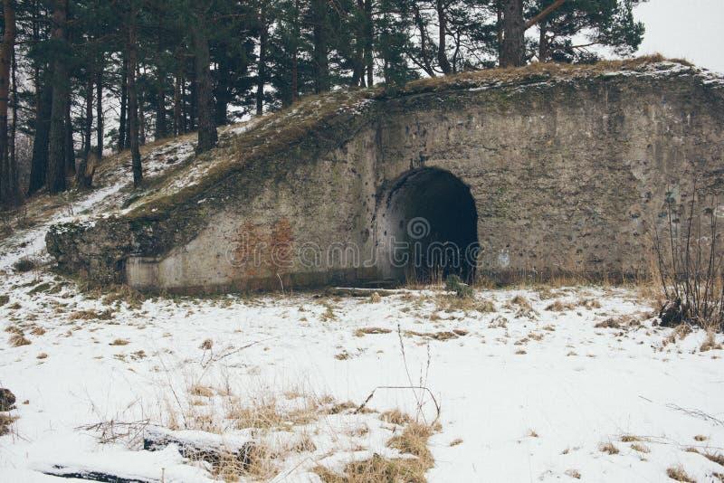Stare wojenne fort ruiny na plaża rocznika skutku zdjęcie stock