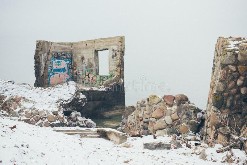 Stare wojenne fort ruiny na plaża rocznika skutku fotografia royalty free