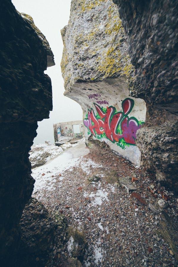 Stare wojenne fort ruiny na plaża rocznika skutku fotografia stock