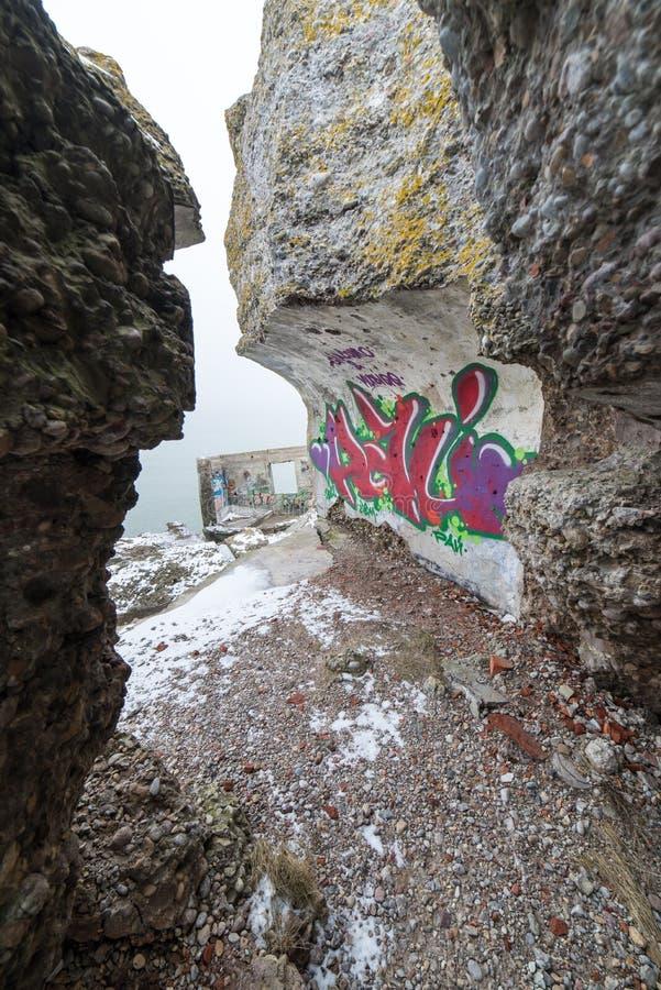 Stare wojenne fort ruiny na plaży zdjęcie royalty free