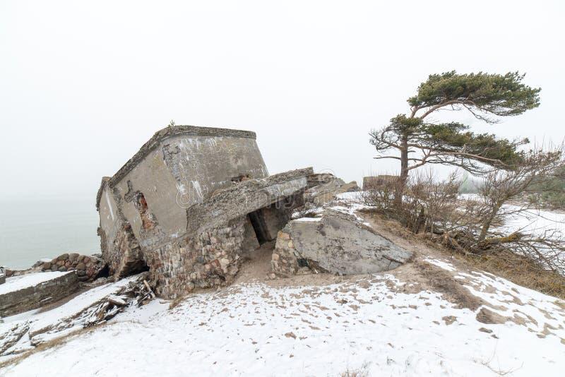 Stare wojenne fort ruiny na plaży zdjęcia stock
