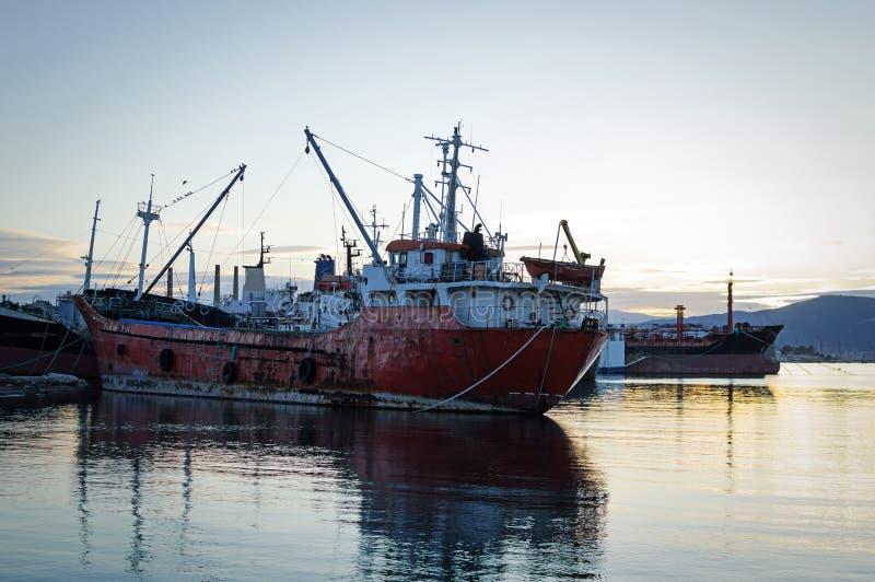 Stare, zardzewiałe statki towarowe przy rozbiórce obrazy royalty free