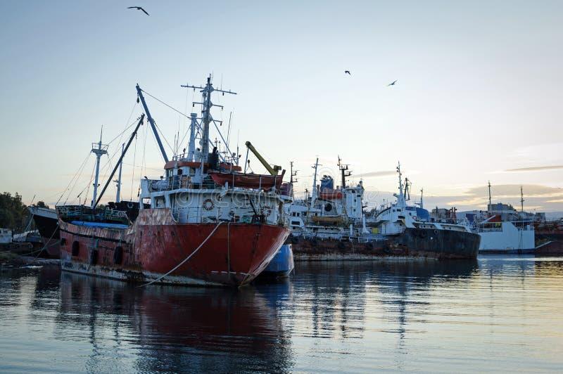 Stare, zardzewiałe statki towarowe przy rozbiórce obraz royalty free